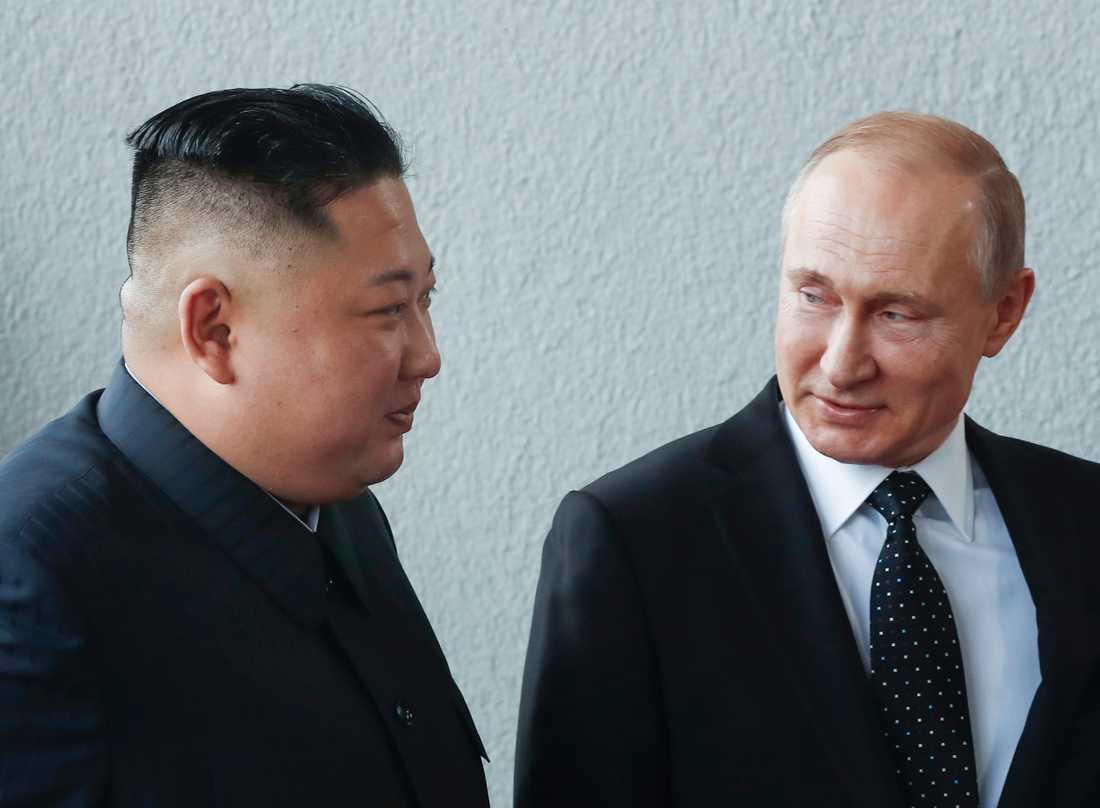 Rysslands president Vladimir Putin och Nordkoreas diktator Kim Jong-Un promenerar tillsammans under mötet i Vladivostok i östra Ryssland.