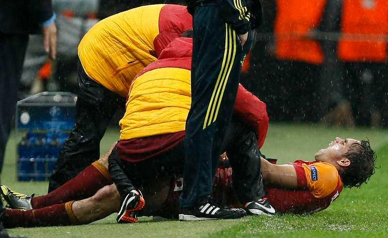 SKREK UT SIN SMÄRTA  Efter 42 minuters spel i CL-mötet mellan Galatasaray och Cluj skadades Johan Elmander. En muskelbristning i högra låret gör att svensken är borta i flera veckor. Sveriges nästa VM-kvalmatch är inte förrän i mars 2013, men landslaget möter England i en träningsmatch på nya nationalarenan den 14 november.