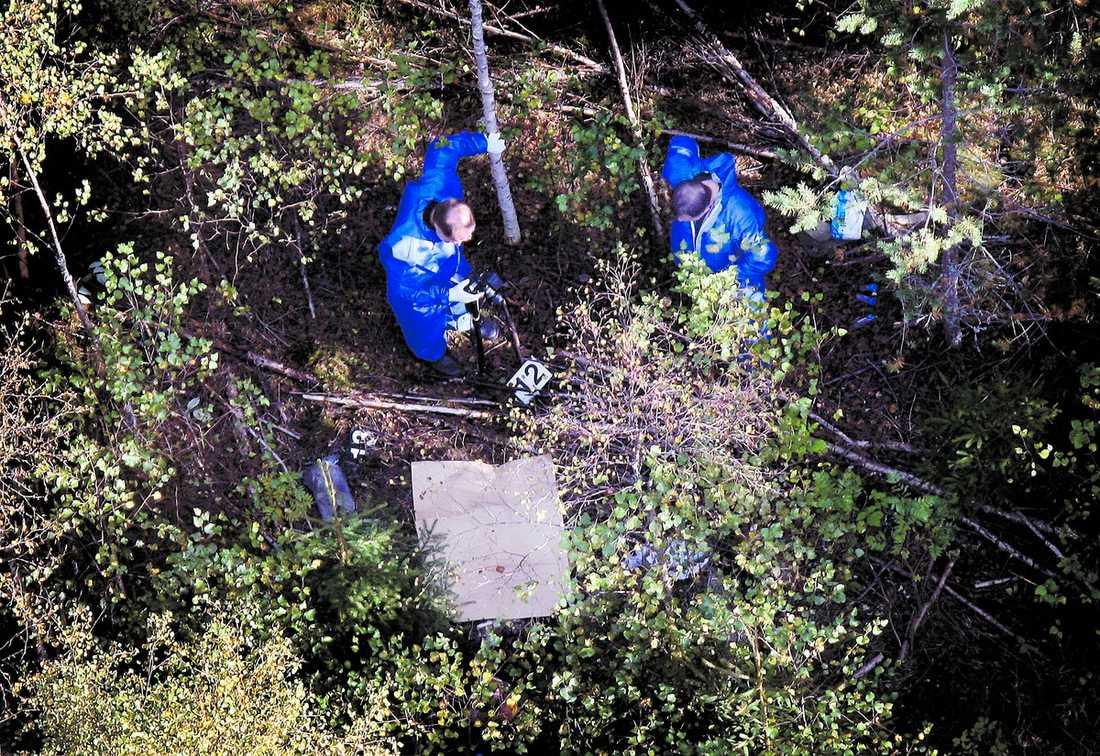 FLERA SPÅR PÅ FYNDPLATSEN Polisens tekniker har samlat in material från platsen där LindaChen hittades död. Spåren kan, enligt uppgifter till Falu Kuriren, ge svar på vem som gömde hennes kropp.