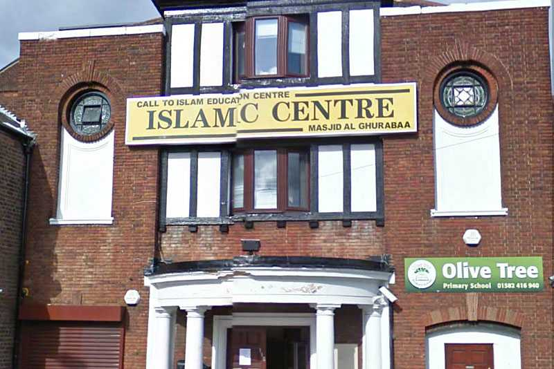 Här på det islamska centret i Luton predikade Taimour Abdulwahab, 28, sina extrema åsikter. När grundaren Qadeer Baksh försökte tala honom till rätta stormade 28-åringen ut – för att aldrig komma tillbaka.
