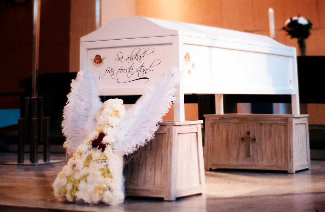 Lilla Meja begravdes med mammas täcke i sin säng.