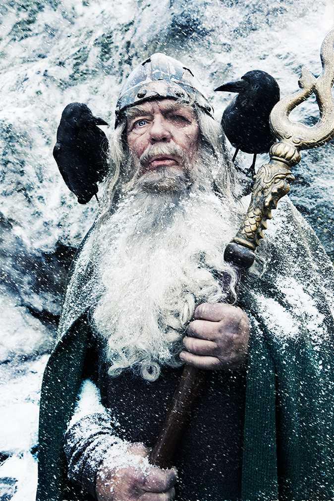December - Börje Ahlstedt Oden tillhör natten och snöstormen. När du dröjer fortsätter han. Öppnar dörren och blinkar med sitt enda öga mot mörkret och stjärnorna. Gunger, den heliga lansen slungas ut i vinternatten. Ut i universum. Den flyger för evigt mellan världarna.