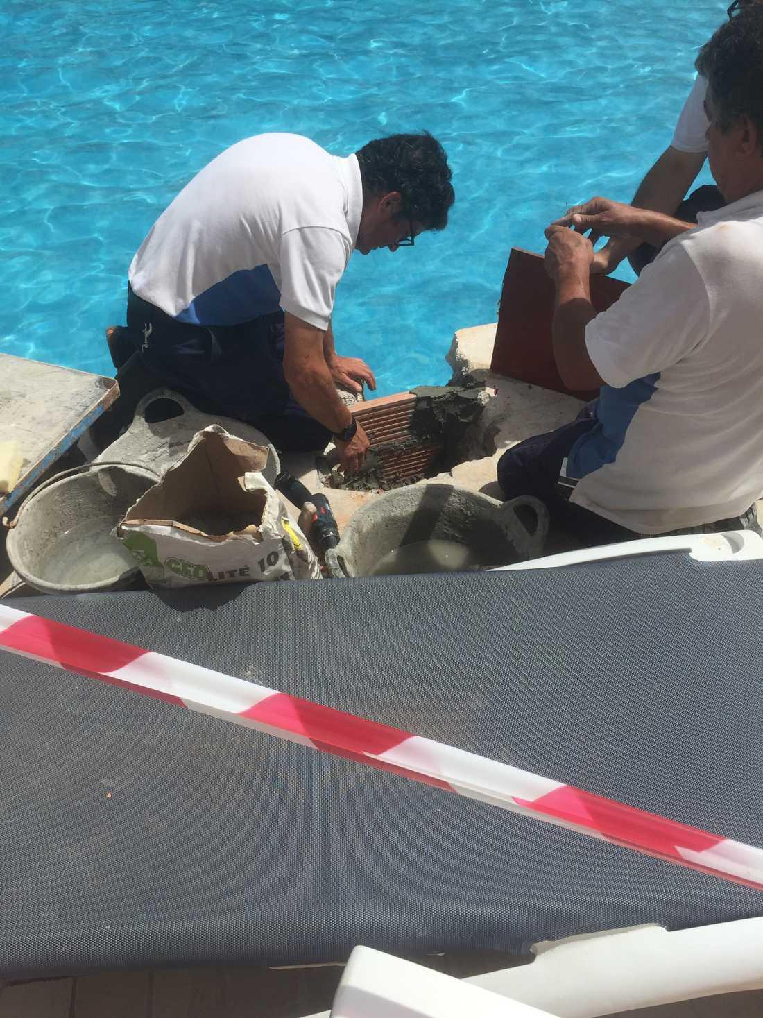 Pojkens arm gick inte att få loss. Till slut sågades hela röret bort från poolen.