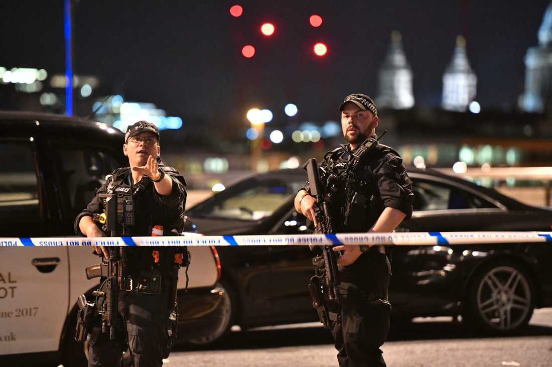 Beväpnad polis vid London Bridge i centrala London.