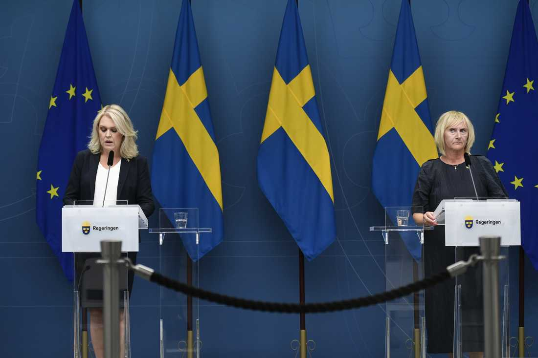 Lena Hallengren (S) och Lena Micko (S) på måndagens pressträff.
