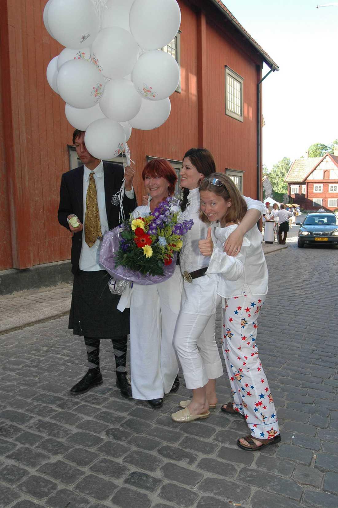 """Gertrud Larsson, Nisti Sterk, Kim Anderzon och Olle Ljungström vid lanseringen av """"Kulturpartiet"""" under politikerveckan i Almedalen 2005."""