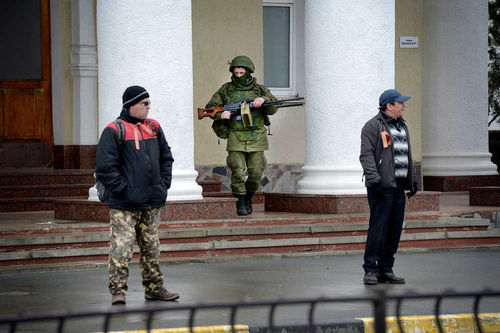 Beväpnade män utanför en flygplatsen i Simferopol.