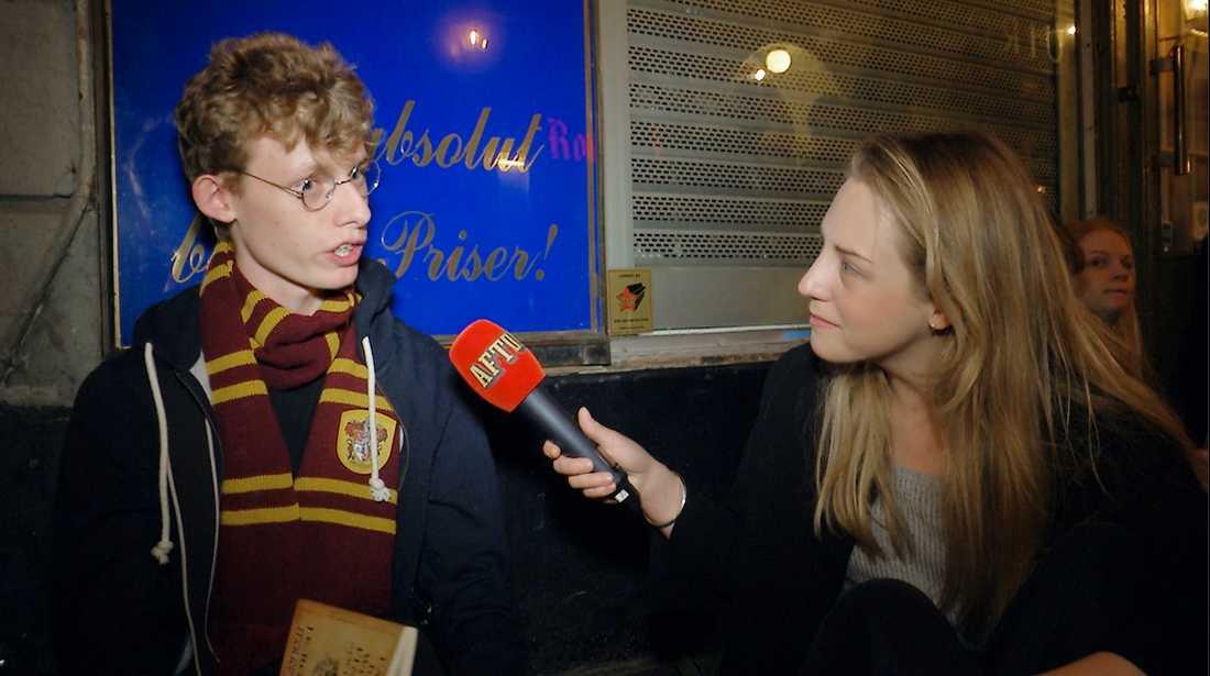 Den sista Harry Potter-boken släpps i natt. Jonathan Carlsson, 19, med reporter Linnea Carlén.