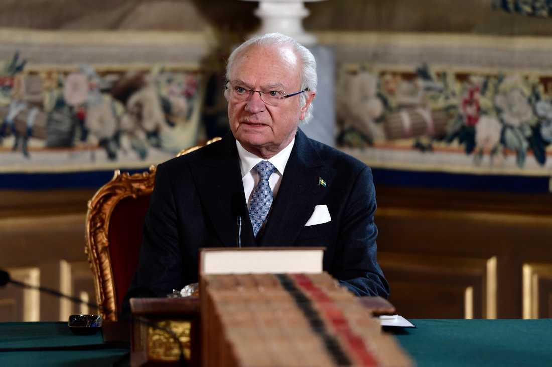 Kung Carl XVI Gustaf kallade till en extra informationskonselj med regeringen på Slottet.