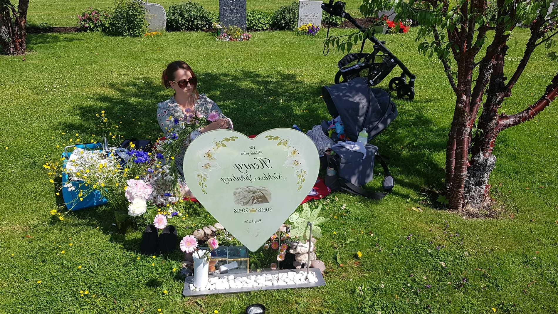 Tove och Nicklas firade midsommar vid Henrys grav.