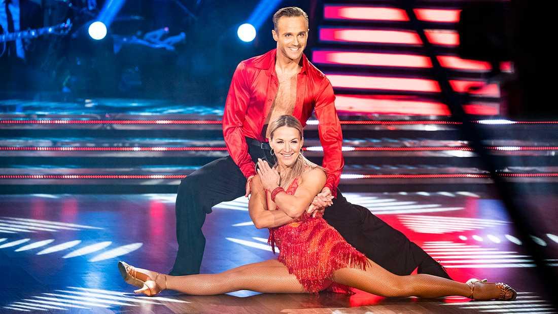 """Kristin Kaspersen dansar med Calle Sterner i """"Let's dance""""."""