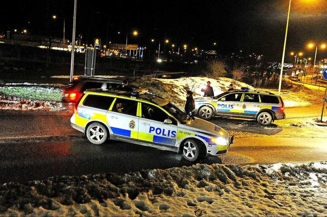 TILLSLAG 2 20.00 – Polisen omringar köpcentrumet Heron City i närheten av Skärholmen. Köp‧centrumet söks igenom och ett garage finkammas i jakten på en Volkswagen Golf som tros ha koppling till rånet. Spikmattor läggs ut i vägkorsningar och polisen kontrollerar bilar som passerar.