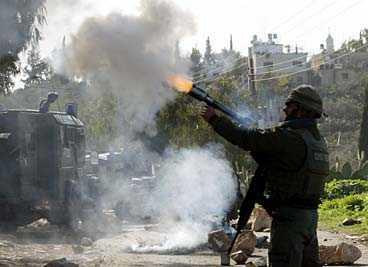 tårgas och gummikulor Israelisk militär använde både tårgas och gummikulor mot demonstranterna i byn Budrus. Enligt de svenska aktivisterna ska militären även ha skjutit med skarp ammunition. Sammanlagt skadades tio palestinier, uppger Reuters.