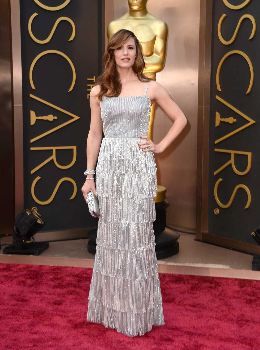 """++++ Jennifer Garner: """"Tjusigt värre från Oscar de la Renta. Garner kommer vara en perfekt discokula på efterfesten! Lekfullt och snyggt samtidigt. Extra tjusigt att man kör på en relaxad frisyr när klänningen drar så mycket uppmärksamhet!"""""""
