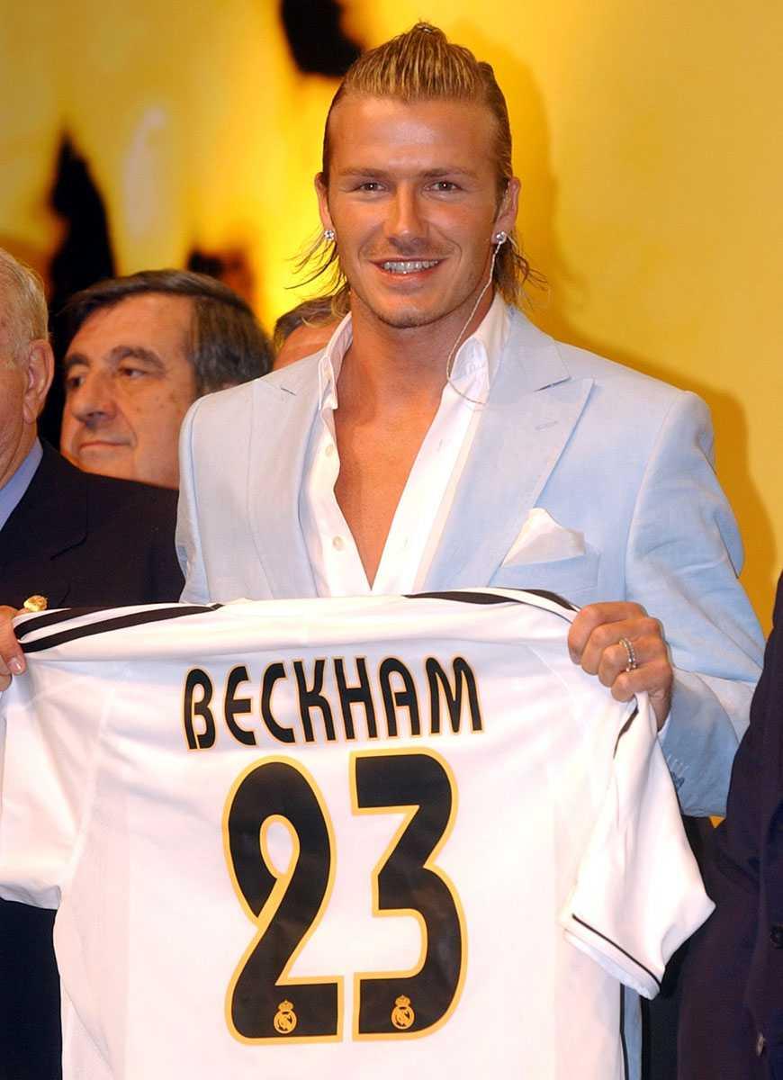 Håller upp sin nya matchtröja efter att ha skrivit på för Real Madrid i juli 2003.