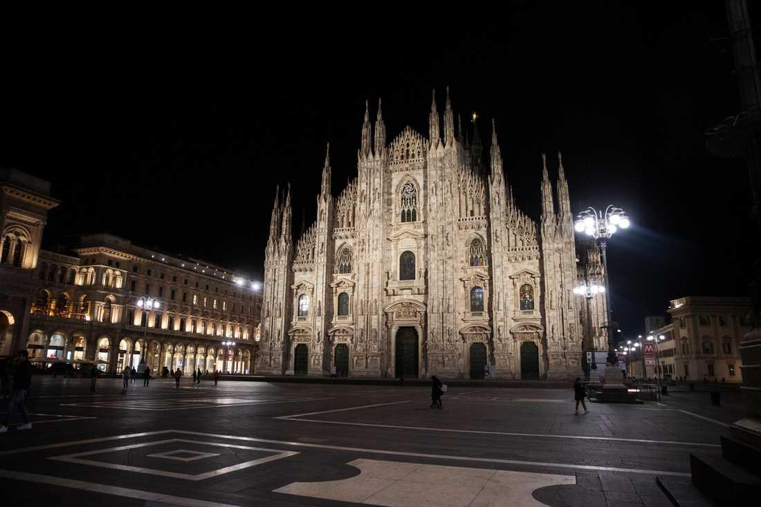 Ett öde Piazza del Duomo, Milano.