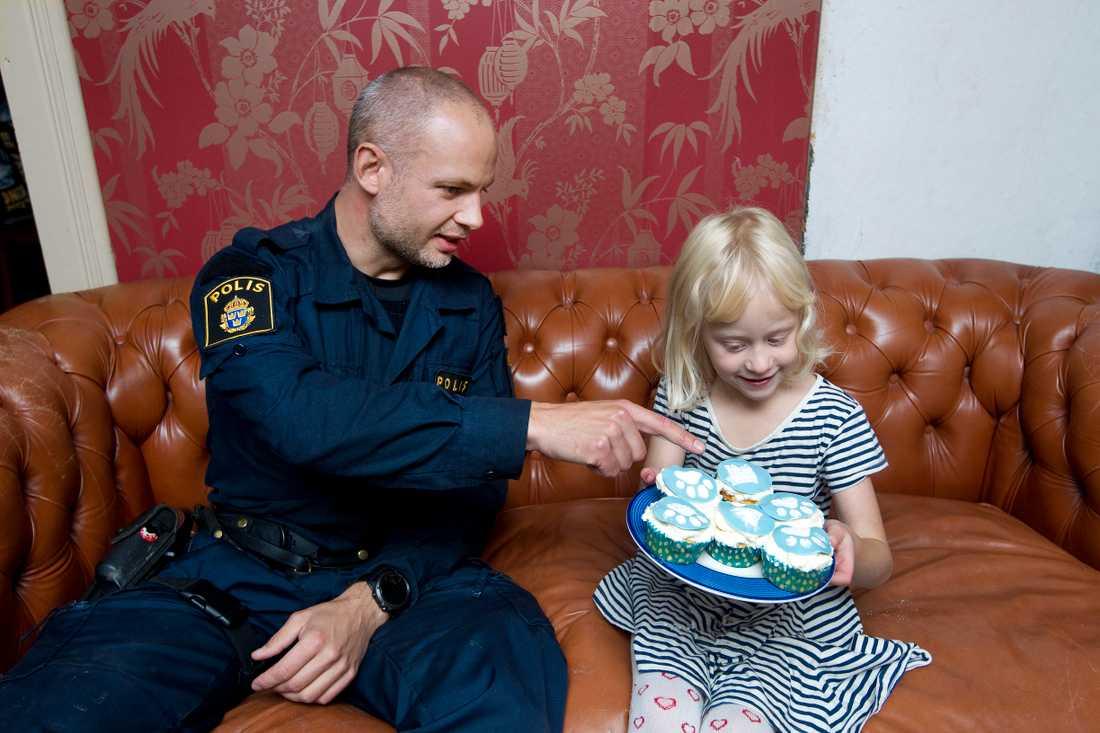 Ellenor med sina specialbakade cupcakes med hundmotiv som hon bakat inför besöket av Tommy och Attack.