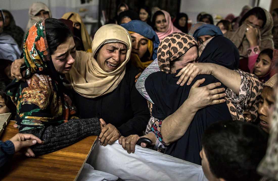 Kvinnor sörjer 15-årige Mohammed Ali Khan, ett av skolmassakerns offer.