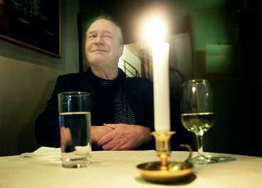 """""""livet är halvkul"""" Brasse Brännström skrattar gärna på bild, men inte så ofta privat. På scen är det skillnad. I vår har han spelat succéshowen """"Grottmannen"""" i tre år."""