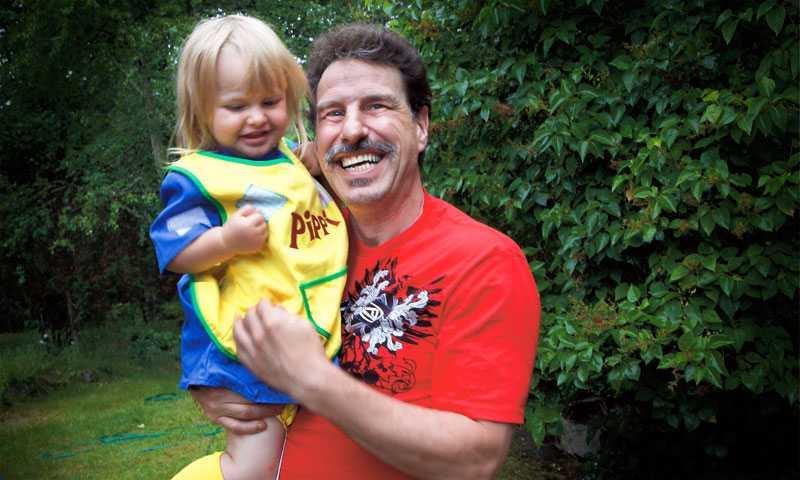 Drygt en månad efter det första anfallet mår Peter bra igen, och kan leka som vanligt med dottern Vilma, 2.