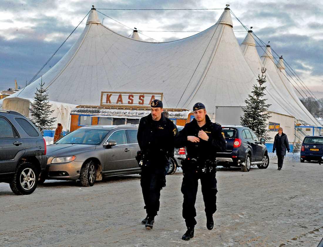 Polis utanför Cirkus Scotts tält på Gärdet i Stockholm.