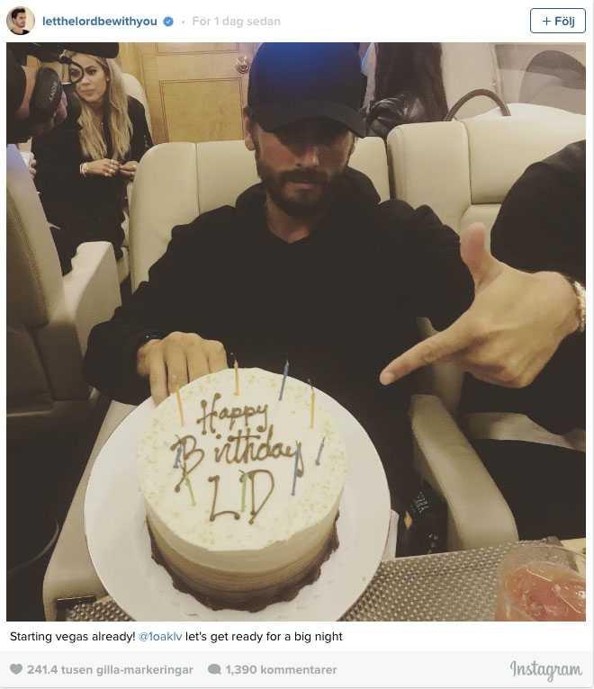 Scott Disick firades med tårta under flygresan till Las Vegas.