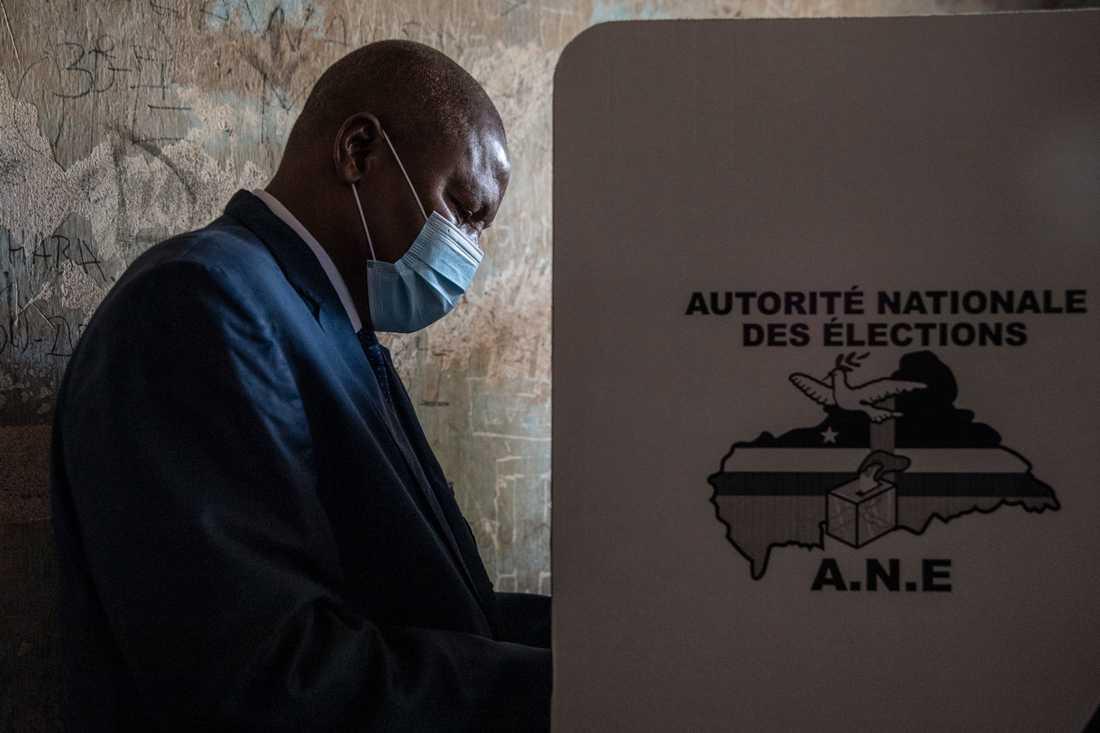 President Faustin-Archange Touadéra lägger sin röst i valet i Centralafrikanska republiken den 27 december. Arkivibild.