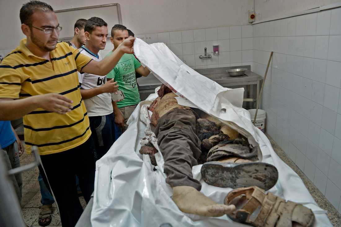 Döda kroppar samlas på bårhuset i al-Shifa-sjukhuset i Gaza City.