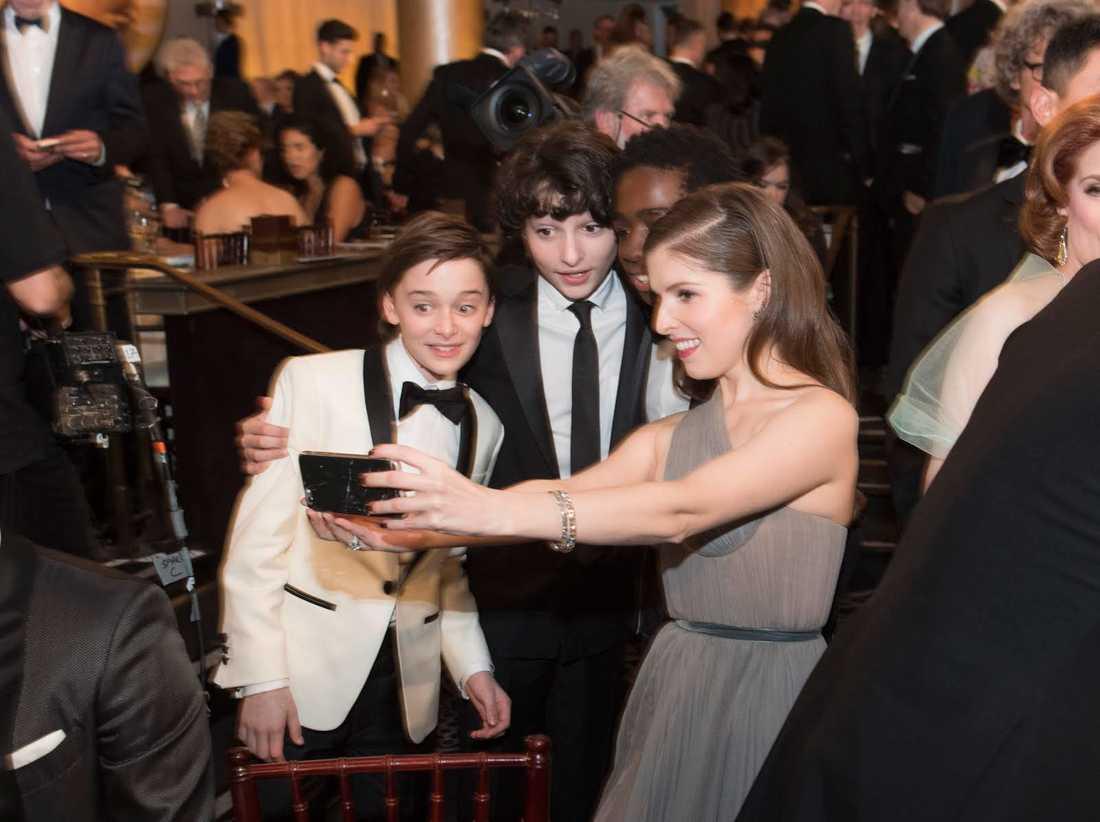 Anna Kendrick tar en selfie.