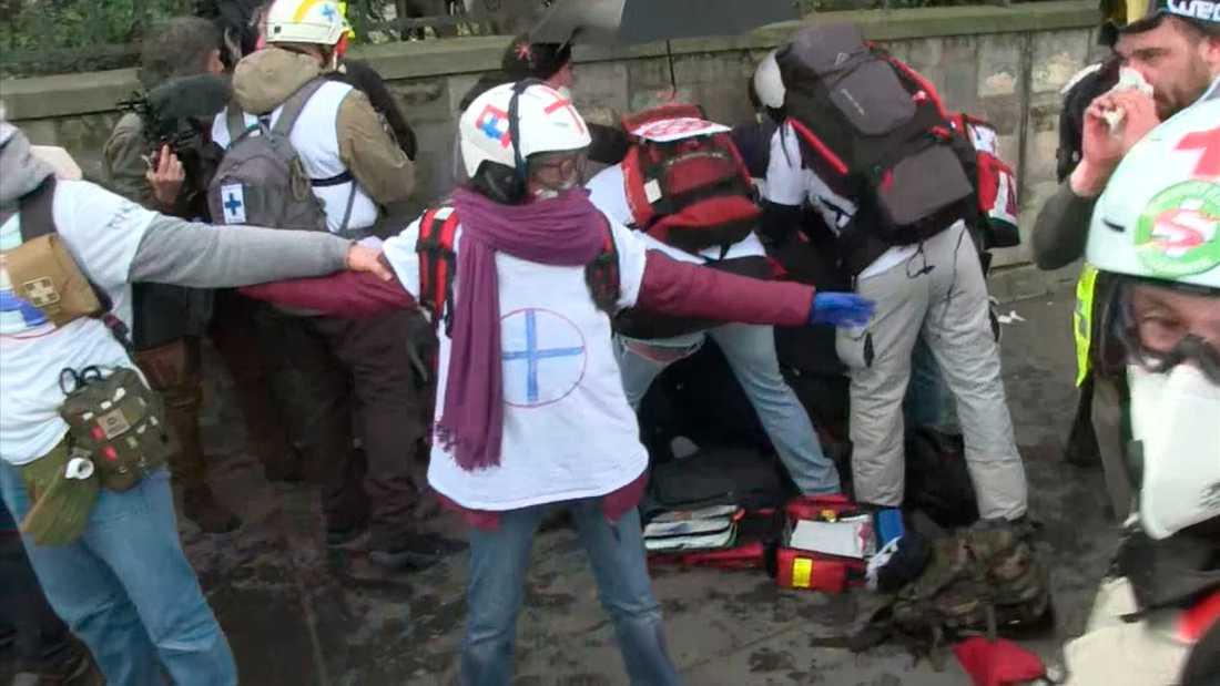 Läkare hjälper den skadade demonstranten.