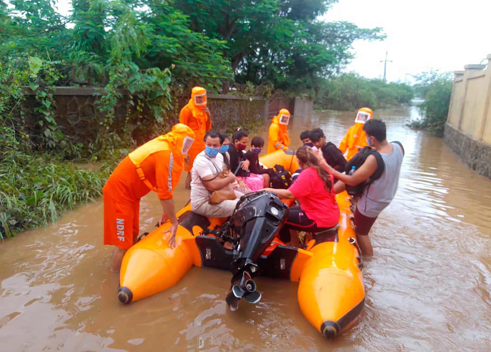 Räddningsarbetet försvåras av de stora vattenmängderna i indiska Maharashtra.