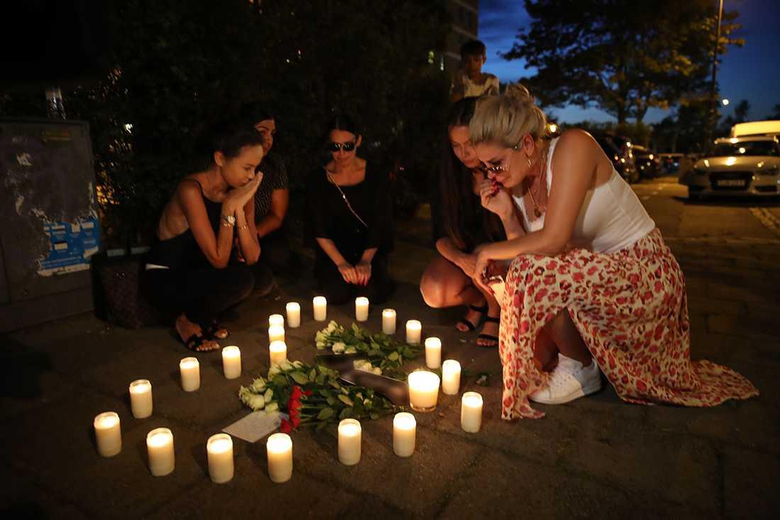 På  måndagskvällen arrangerade den mördade kvinnans vänner en minnesstund på platsen där hon sköts.