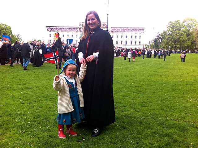 """""""Skönt med avbrott"""" Monica Skagen, 34, och dottern Ingrid Skagen-Bakken, 3 år, säger att det är en annan känsla över sjuttonde maj idag. """"De sjunger lite andra sånger i barnkörerna. Sånger som har spelats mycket efter 22 juli, det ger en stark känsla och den här dagen tänker vi extra på de ungdomar som inte får fira längre, samtidigt som jag tror att det för de flesta är skönt med avbrott från rättegången."""""""
