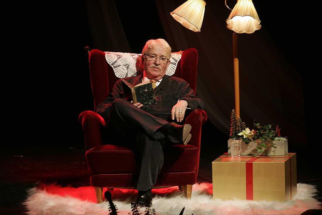 """Hasse Alfredson under premiären av julshowen """"Är det jul igen?"""" på Vasateatern i Stockholm 2004."""