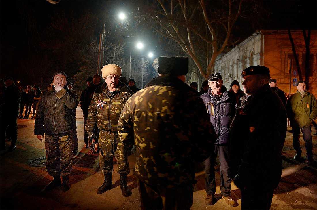 Ett proryskt medborgargarde i provinshuvudstaden Simferopol på Krim får instruktioner om att hålla utkik efter provokatörer. Foto: JERKER IVARSSON