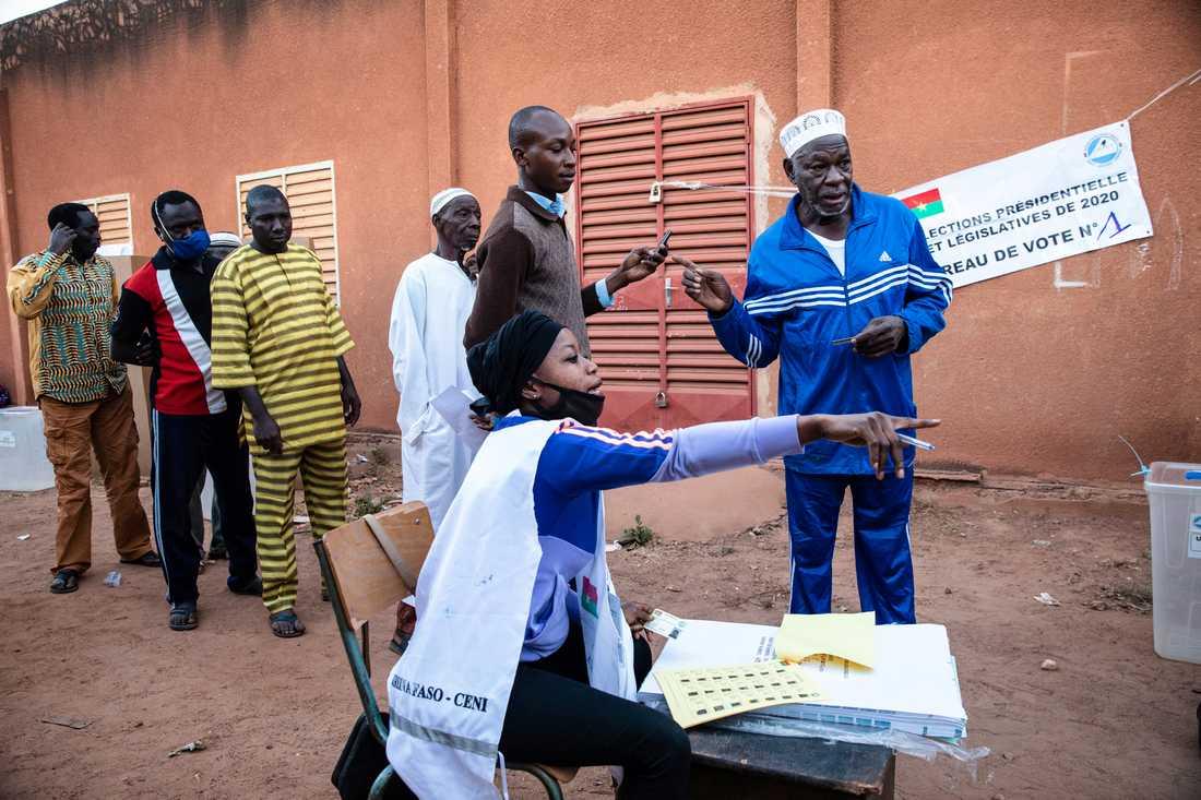 Människor köar för att få lägga sin röst i Ouagadougou.