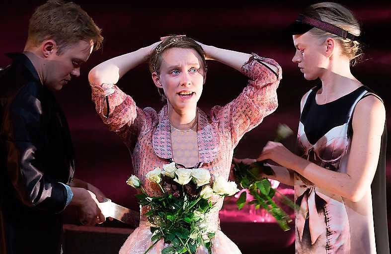 "Daniel Nyström, Ester Claesson, och Petra Fransson i ""Winterreise"" på Teater Galeasen. Foto: Elisabet Sverlander"