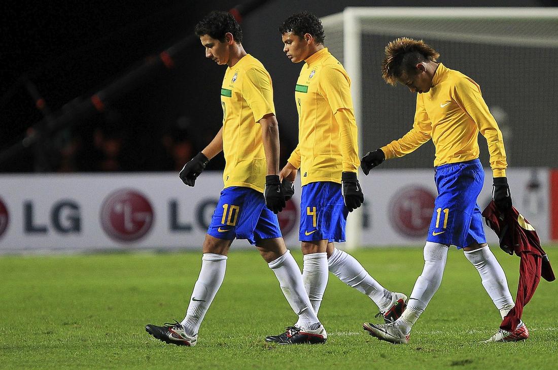 BESVIKNA STJÄRNOR Ganso, Thiago Silva och nya underbarnet Neymar lämnar planen efter att bara fått 0–0 mot Venezuela i Brasiliens premiärmatch i Copa America. Trots flera chanser kom brassarna inte närmare än ett stenhårt ribbskott av Pato.