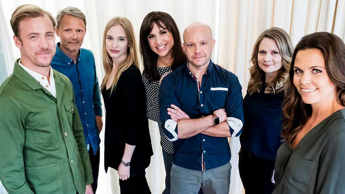 "Felix Herngrens nya tv serie ""Bonusfamiljen"". Från vänster Erik Johansson, Felix Herngren, Vera Vitali, Petra Mede, Fredrik Hallgren, Moa Herngren och Clara Herngren."