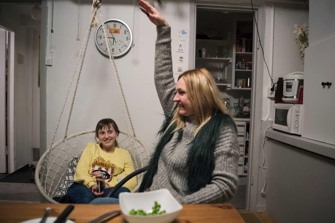 Iryna och dottern i lokalen de bor i. Fotografen Anna Tärnhuvud lyckades hitta Iryna efter attacken i april förra året. De träffades strax efter nyår på ett första möte.