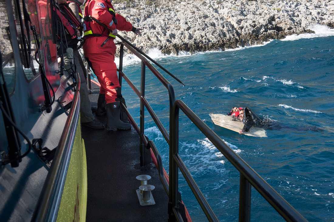 Gula båtarnas personal räddar nödställda i vattnet.