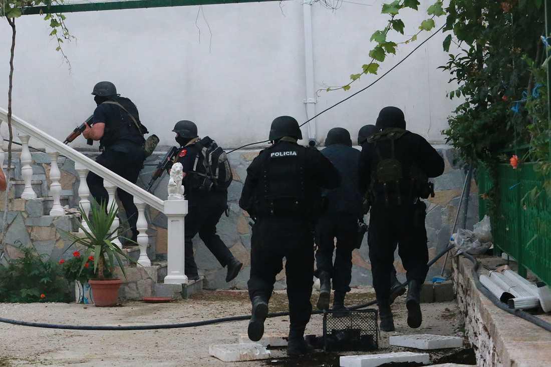 Albansk polis stormar hus i Lazarat i jakt på cannabis och knarkhandlare.