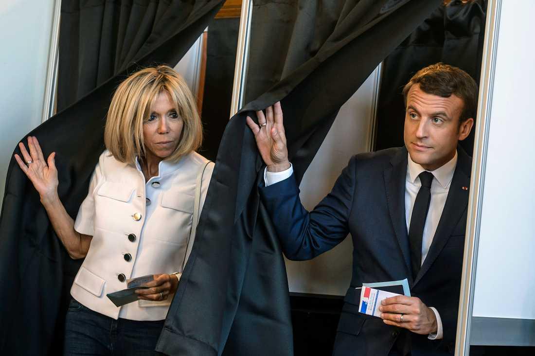 President Emmanuel Macron och fru Brigitte Macron lämnar sina röster i Le Touquet.
