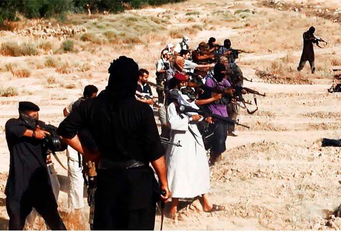 Sedan läggs de sida vid sida i ett grunt dike – och skjuts ihjäl av medlemmar i Isis.