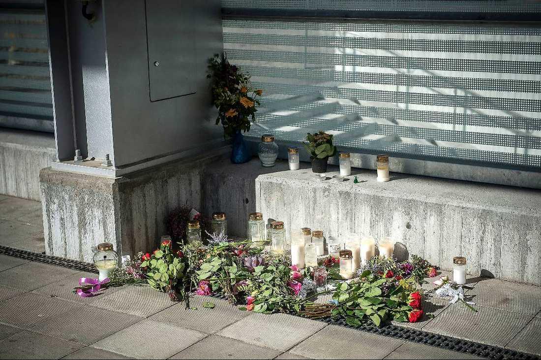 """BLOMSTERFYLLD PERRONG I går kväll fylldes perrongen där den 22-åriga kvinnan dog med ljus, blommor och meddelanden. """"Jag kan inte fatta att det har hänt"""", säger en av hennes nära vänner."""
