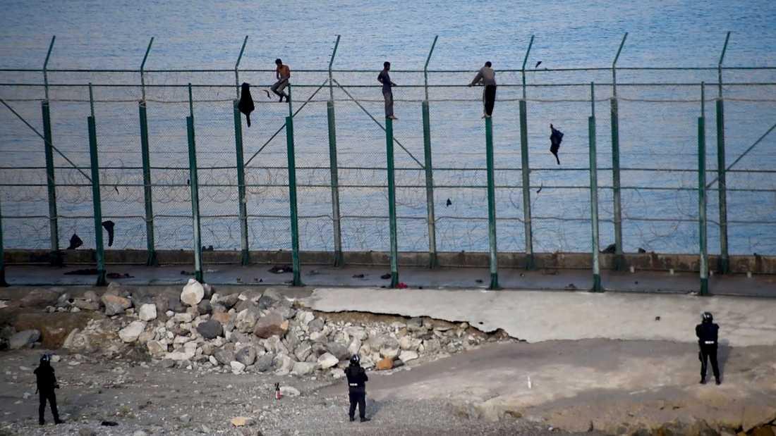Ett staket utgör gränsen mellan Marocko och den spanska enklaven Ceuta. Arkivbild.