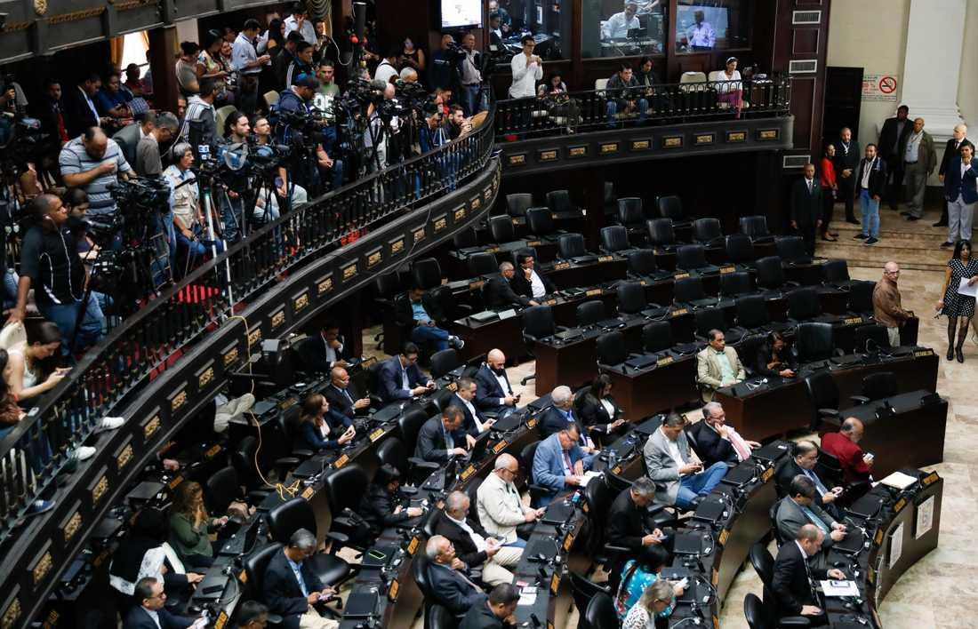 Venezuelas nationalförsamling under tisdagen. De tomma platserna tillhör det regerande socialistpartiet, vars medlemmar efter tre år ska återvända till församlingen.