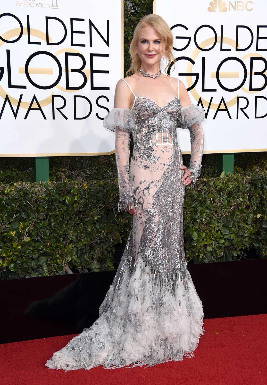 Nicole Kidman Isdrottningen? Nicole har aldrig varit rädd för det annorlunda och djärva men ändå eleganta och det har gett henne röda mattan-drottning-status. Även här tar hon ett steg utanför det vanliga, främst med de där högstadie-bal-handskarna. Den här klänningen från Alexander McQiueen är ingen favorit för mig dessvärre, lite för isig för min smak.  2 plus.