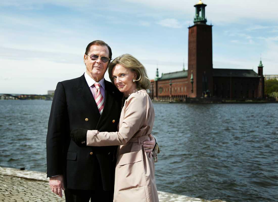 Roger Moore med Christina Tholstrup besöker Stockholm.