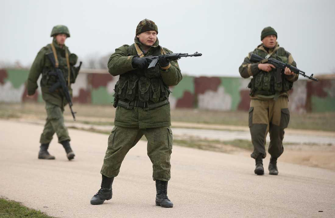 Över 100 ukrainare tågade mot flygbasen Belbek på Krimhalvön stoppades de av ryska soldater.